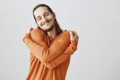 Co potrzebują dziewczyny jeżeli ty możesz ono ściskać Śmieszny figlarnie europejski facet cuddling z długie włosy i broda i obrazy stock