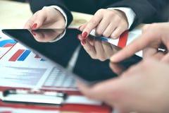 Co pracownika ręki podczas dyskusi dane Zdjęcia Stock