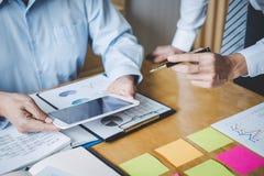 Co pracująca konferencja, biznesów drużynowi koledzy dyskutuje pracującą analizę z pieniężnymi dane i marketingowym przyrosta rap obrazy stock
