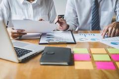 Co pracująca konferencja, biznesów drużynowi koledzy dyskutuje pracującą analizę z pieniężnymi dane i marketingowym przyrosta rap zdjęcie stock