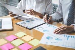 Co pracująca konferencja, biznesów drużynowi koledzy dyskutuje pracującą analizę z pieniężnymi dane i marketingowym przyrosta rap zdjęcia royalty free