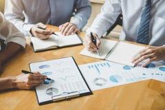 Co pracująca konferencja, biznesów drużynowi koledzy dyskutuje pracującą analizę z pieniężnymi dane i marketingowym przyrosta rap zdjęcia stock