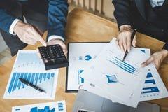 Co pracująca konferencja, biznesów drużynowi koledzy dyskutuje pracującą analizę z pieniężnymi dane i marketingowym przyrosta rap zdjęcie royalty free