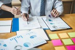 Co pracująca konferencja, biznesu drużynowy spotkanie teraźniejsza dyskutuje pracująca analiza z pieniężnymi dane, i marketingowy obraz royalty free