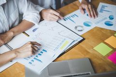 Co pracująca konferencja, biznesu drużynowy spotkanie teraźniejsza dyskutuje pracująca analiza z pieniężnymi dane, i marketingowy obraz stock
