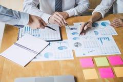 Co pracująca konferencja, biznesu drużynowy spotkanie teraźniejsza dyskutuje pracująca analiza z pieniężnymi dane, i marketingowy zdjęcia stock