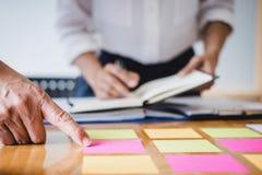 Co pracująca konferencja, kierownictwo drużyna dyskutuje mapy pracuje w wykresy i strategii biznesowej i pieniężnym planie obrazy royalty free