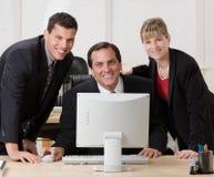 co-skrivbord som tillsammans poserar arbetare Arkivfoto