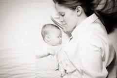 Co-slapende moeder en baby Royalty-vrije Stock Afbeelding