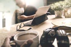 Co som arbetar idérika formgivare som arbetar på kontoret och innehavet en cu Fotografering för Bildbyråer