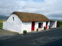 co-stuga donegal thatched ireland royaltyfria bilder