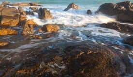 Co Thach vaggar stranden med vågen i solljusmorgonen Arkivbilder