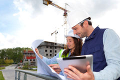 Co-workers working on a construction site Royalty Free Stock Images