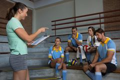 Coach pointing at volleyball players Royalty Free Stock Photos