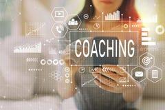 Coachning med kvinnan som använder en smartphone royaltyfria foton
