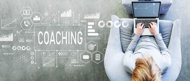 Coachning med mannen som använder en bärbar dator royaltyfri fotografi