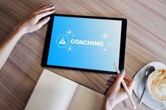 Coachning- och mentoringbegrepp p? sk?rmen Sj?lvutveckling och personlig tillv?xt royaltyfri foto