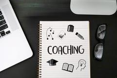 COACHNINGutbildningsplanläggning som lär coachningaffärshandboken Inst Royaltyfri Fotografi