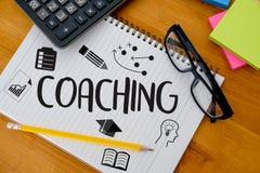 COACHNINGutbildningsplanläggning som lär coachningaffärshandboken Inst Royaltyfri Bild
