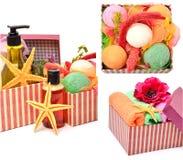 Coagule as garrafas, bomnbs do banho com as estrelas do mar em umas caixas de presente Fotografia de Stock