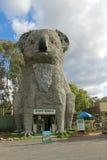 A Coala gigante (1989) tem 14 medidores de altura e pesa 12 toneladas É feito do bronze e senta-se em uma armação de aço Imagens de Stock