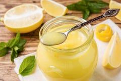 Coalho de limão caseiro nos frascos de vidro com limões frescos, espaço de madeira rústico da cópia do fundo imagem de stock