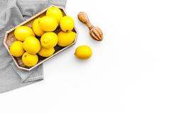 Coalho doce saudável que cozinha com os limões na zombaria branca da opinião superior do fundo da cozinha acima Imagens de Stock