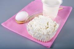 Coalho e creme de leite em um guardanapo cor-de-rosa Imagem de Stock