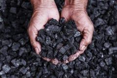 Coalmining - kolgruvarbetare i manhänderna av kolbakgrund Pi Royaltyfria Bilder