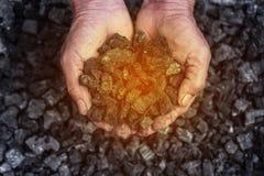 Coalmining: kolgruvarbetare i manhänderna av kolbakgrund Pi Royaltyfri Fotografi