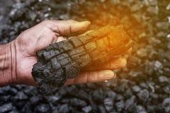 Coalmining: kolgruvarbetare i manhänderna av kolbakgrund Pi Arkivfoto