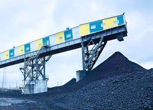 Coalmining och kullar av svart kol Fotografering för Bildbyråer