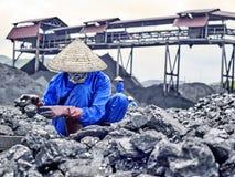 Coalmining och produktion för handbok svart i asia Arkivfoto