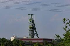 Coalminingtorn framme av himmel royaltyfri foto