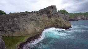 Coasline en la isla de Nusa Penia, Indonesia metrajes