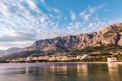 Coast sea and beach below mountain Biokovo in town of Makarska Royalty Free Stock Photos