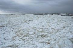 Segla utmed kusten i vinter Arkivbild