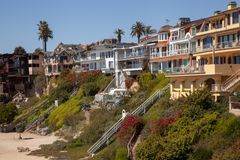 Coastal Orange County living. On the steep cliffs of Orange County these beachside home crowd in for the amazing views of the Pacific Ocean and Newport Harbor Stock Image