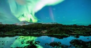 Coastal reflejó aurora borealis en Noruega almacen de video