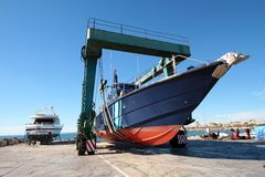 Coastguard i travelift fotografering för bildbyråer