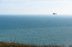 Coastguardhelikopter som patrullerar havet Royaltyfri Foto