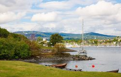 Coastline in Oslo. With boats, hills and forest Royalty Free Stock Photos