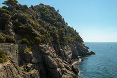 Coastlinie med vaggar, träd i medelhavet Royaltyfri Fotografi