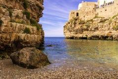 CoastPolignano побережья Apulia адриатическое конематка: 'Пляж Cala Порту' Италия (Apulia) Стоковые Фото