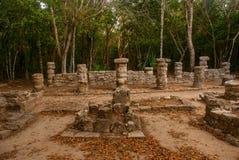 Coba is een archeologisch gebied en een beroemd oriëntatiepunt van het Schiereiland van Yucatan mexico yucatan stock foto