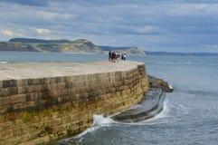 Cobb de Lyme Regis en verano imágenes de archivo libres de regalías