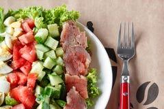 Cobb sallad - traditionell amerikansk mat, hurtigt mål av lax-, ägg-, gurka-, avokado- och grönsallatsidor med senapsgult dressin royaltyfri fotografi