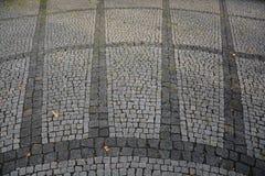 Cobble πέτρινο γκρίζο λευκό φωτογραφιών αποθεμάτων οδικού υποβάθρου πεζοδρομίων Στοκ εικόνες με δικαίωμα ελεύθερης χρήσης