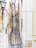 Cobble la calle de piedra en la ciudad vieja de Lisboa fotografía de archivo