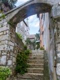 Cobble la calle que lleva a la basílica de St Euphemia en la ciudad vieja 0931 de Rovinj imágenes de archivo libres de regalías